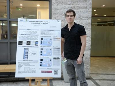 רועי חי מציג את הפרויקט ביום המחקר בפקולטה למדעי המחשב בטכניון. צילום : שיצו שירותי צילום, דוברות הטכניון