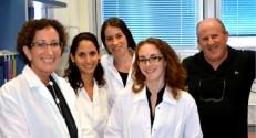 """בתמונה, משמאל לימין: פרופ""""ח אילת פישמן, סיון יששכר-עובדת, מור גולדפדר, ד""""ר ריטה קנטייב ופרופסור נעם אדיר"""
