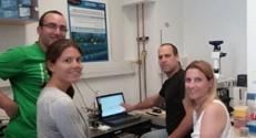 צוות המחקר בפקולטה להנדסת ביוטכנולוגיה ומזון המפתח את השבב: (מימין לשמאל) פרופ, אסתר סגל, ד״ר נדב בן דב, הדוקטורנטית היידי לאונרד ועוזר המחקר יורי חיימוב