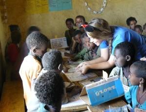 ילדי בית הספר ומערכת המים החדשה שנבנתה בכפר על ידי צוות EWB