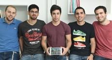 הסטודנטים שפיתחו את האפליקציה (מימין לשמאל ) גיא רוזנבוים, אלירן וייס, אורַן גלבוע, רון סעד וליגד סיימון.