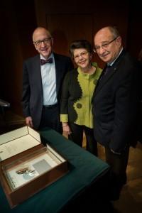 מימין לשמאל : פרופסור פרץ לביא נשיא הטכניון, ננסי גווין, מנהלת הספריות בסמית'וניאן ודייוויד סקורטון העומד בראש מוסד הסמית'וניאן