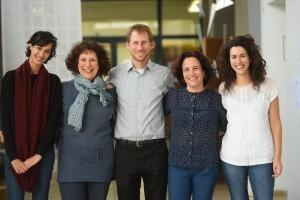 """פרופ' מארק שלוסברג עם צוות החממה החברתית בטכניון. מימין לשמאל: מורן אביב,  רותי דונג, פרופ'  שלוסברג, פרופ""""ח רחל קלוש, שלי חפץ"""