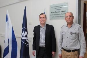 """פרופ' נועם סוקר דיקן הפקולטה לפיזיקה בטכניון יחד עם ד""""ר עמי אפלבום, נשיא KLA-Tencor"""