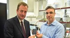 השגריר הבריטי ופרופ' חאיק מדגימים את שבב האבחון המתחבר ישירות לטלפון חכם
