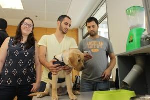 הסטודנטים ליד המערכת. מימין לשמאל : ניר כהן, מעוז אלבז, הכלב לוק ושיר צביאל