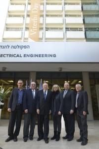 מימין לשמאל : פרופ' בועז גולני, אלן וקארין ויטרבי, פרופ' אנדרו ויטרבי, נשיא הטכניון פרופ' פרץ לביא ודיקן הפקולטה להנדסת חשמל בטכניון פרופ' אריאל אורדע.