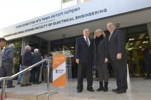 אלן (מימין) קארין ואנדרו ויטרבי על רקע שלט הפקולטה החדש
