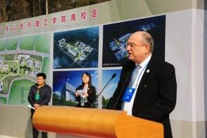 נשיא הטכניון פרופ' פרץ לביא מקריא את מגילת אבן הפינה בטקס. קרדיט צילום: ממשלת מחוז גואנגדונג