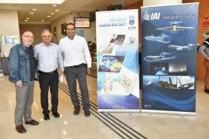 """מימין לשמאל : גלעד אהרוני ראש מינהל הנדסה מכנית באלתא, חזי גריזים סמנכ""""ל תעשייה אווירית לתכניות מיוחדות ופרופ' דניאל ריטל מהפקולטה להנדסת מכונות בטכניון"""