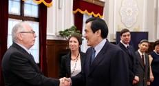 פרופ' דניאל ויס (משמאל) עם נשיא טייוואן מה יינג-ג'ו