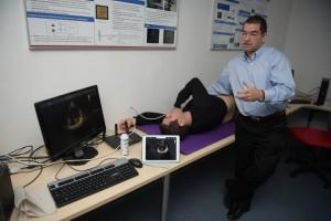 """הקרדיולוג ד""""ר שי ירדן טיימן מבצע בדיקת הדגמה במערכת על הסטודנט רגב כהן"""