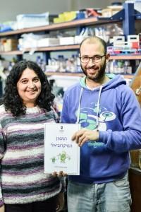 פרופ' סימה ירון (משמאל) והסטודנט רותם פוטוק עם ספר היצירות של המגוון המיקרוביאלי