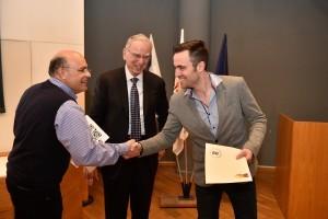 """פרופ' בן-ציון לוי מעניק את התעודה לזוכה במקום הראשון, אריק סנדרוביץ. במרכז: ד""""ר ארווין ג'ייקובס"""