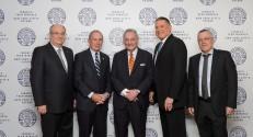 מייקל בלומברג (מימין) מקבל תואר דוקטור לשם כבוד מפרופ' פרץ לביא נשיא הטכניון (במרכז) ומפרופ' בועז גולני, סגן נשיא הטכניון לקשרי חוץ ופיתוח משאבים