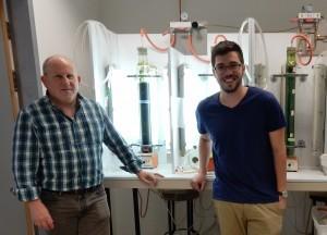 """פרופ' נעם אדיר (משמאל) והדוקטורנט דביר הריס מהפקולטה לכימיה ע""""ש שוליך בטכניון"""