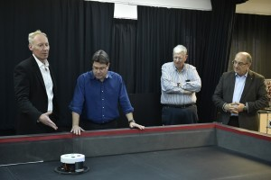 פרופ' פיני גורפיל (משמאל) מציג לשר סימולציה של ננו-לווינים אוטונומיים בחלל
