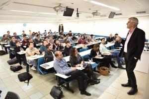 יואב אינטרטור מרצה לסטודנטים בפתיחת המרתון