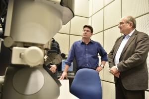 השר אופיר אקוניס (משמאל) ונשיא הטכניון פרופ' פרץ לביא (מימין) מול המיקרוסקופ Titan