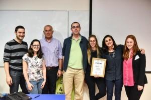 הזוכים במקום השני: קבוצת FACEIT עם פרופ' אליעזר שלו דיקן הפקולטה לרפואה