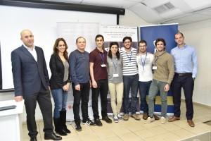 הזוכים במקום השני - קבוצת FairShare עם (משמאל לימין ) דוד שם טוב מנהל האקסלרטור בטכניון, יוסי ויניצקי, מנהל פועלים הייטק ויעל וייסבורד מנהלת תכנית FINTECH בבנק הפועלים.