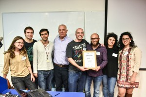 הזוכים במקום השלישי: קבוצת SerVx עם פרופ' אליעזר שלו דיקן הפקולטה לרפואה