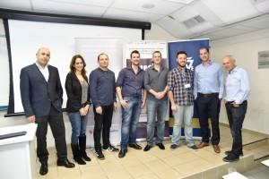 הזוכים במקום השלישי - קבוצת AQBit עם (משמאל לימין ) דוד שם טוב מנהל האקסלרטור בטכניון, יוסי ויניצקי, מנהל פועלים הייטק ויעל וייסבורד מנהלת תכנית FINTECH בבנק הפועלים.