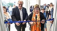 """סגנית ומ""""מ ראש עיריית חיפה חדוה אלמוג (מימין) ונשיא הטכניון פרופ' פרץ לביא גוזרים את הסרט בטקס חנוכת הבניין המחודש"""