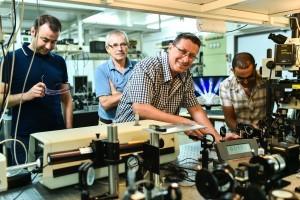 פרופ' חסמן עם צוות המעבדה
