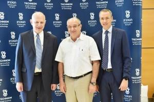 מימין לשמאל : פרופ' עמנואל בלוך, נשיא הטכניון פרופ' פרץ לביא ופרופ' מרק קירשנר