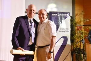 נשיא הטכניון פרופ' פרץ לביא מעניק לפרופ' קירשנר את הפרס