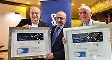נשיא הטכניון פרופ' פרץ לביא (משמאל) מעניק לפרופ' אמריטוס מוסא יודעים (במרכז) ופרופ' אמריטוס ג'ון פינברג (מימין) אות הוקרה מהטכניון