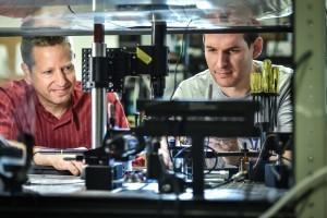 פרופ' טל כרמון (משמאל) והדוקטורנט שי מעייני. צילום : ניצן זוהר, דוברות הטכניון