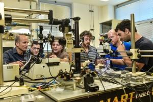מימין לשמאל:ישראל גולדשטיין, טל טבצ'ניק, מיכאל שלפמן, גלעד זאבי, אלכס דוזורצב ופרופ' יובל יעיש במעבדה במרכז לננואלקטרוניקה על שם זיסאפל בטכניון.