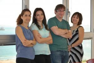 """משילוב טכנולוגיות לפריצת דרך: מעבדת שן-אור. מימין לשמאל: מנהלת המעבדה ד""""ר אלינה סטרוסבצקי (בוגרת תואר שני ושלישי בטכניון), פרופ'-משנה שי שן-אור, הדוקטורנטית טניה דוביק (מהנדסת ביו-טכנולגיה ומזון), והמאסטרנטית יסמין אדמון, מהנדסת מחשבים"""