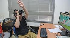 מכוונים את הנחש באמצעות תנועות היד במשחק שפיתחו הסטודנטיות ספיר אלתנני וסימונה גלוזמן