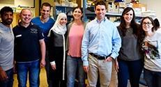 Lab Picture – פרופ' אבי שרודר (שלישי מימין) עם קבוצת המחקר שלו בטכניון צילום : עמרי דינר