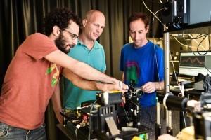 מימן לשמאל : נמרוד קרוגר, פרופ'-משנה כרמל רוטשילד ואסף מנור במעבדה