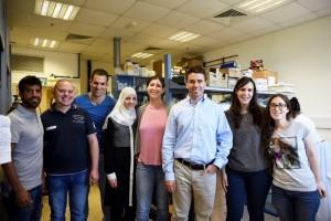 3. Lab Picture – פרופ' אבי שרודר (שלישי מימין) עם קבוצת המחקר שלו בטכניון צילום : עמרי דינר