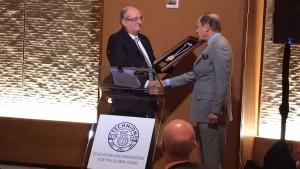 2. נשיא הטכניון פרופ' פרץ לביא מעניק למורטימר צוקרמן את מדליית הטכניון