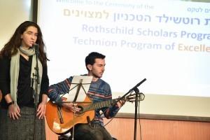הסטודנטים ורד כהן (שירה) ואנטוניו אבו נסאר (גיטרה)