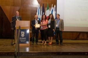 הדוקטורנטית הדס זיסו (במרכז) זוכה בפרס הצטיינות