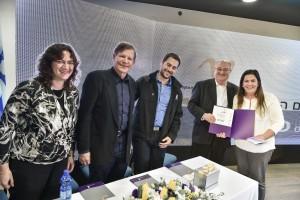 """הענקת פרס ינאי לפקולטה להנדסת ביוטכנולוגיה ומזון. מימין לשמאל : דיקנית הפקולטה פרופ' מרסל מחלוף, נשיא הטכניון פרופ' פרץ לביא, יו""""ר אגודת הסטודנטים"""