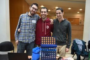 """חברי צוות Connect Four – עם הרובוט למשחק """"4 בשורה"""""""