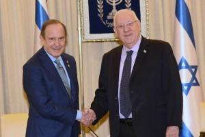 בתמונה: מורט צוקרמן לוחץ את ידו של נשיא המדינה, ראובן ריבלין.