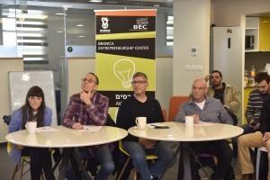 השופטים, מימין לשמאל: אלי הרשקוביץ (בוגר הנדסת חשמל בטכניון), יאיר סאקוב (בוגר הנדסת חשמל בטכניון), חיים סדגר (בוגר הנדסת חשמל בטכניון) ואירית ישראלי