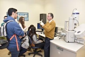 התלמידים בסיור במרכז המיקרוסקופים בפקולטה למדע והנדסה של חומרים