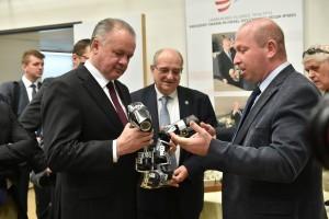 פרופ' אלון וולף מציג לנשיא קיסקה את הנחש הרובוטי