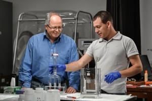 """ד""""ר חן דותן (מימין) ופרופ' אבנר רוטשילד במעבדה"""