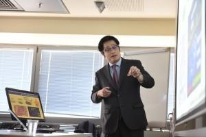 פרופ' קנג'י אוספונה בהרצאתו בכנס